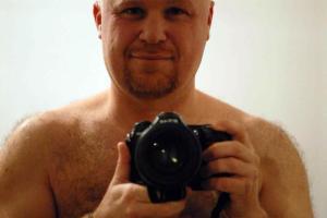 qui lo vediamo mentre unisce la sua passione per la fotografia a quella di restare nudo in barca a vela